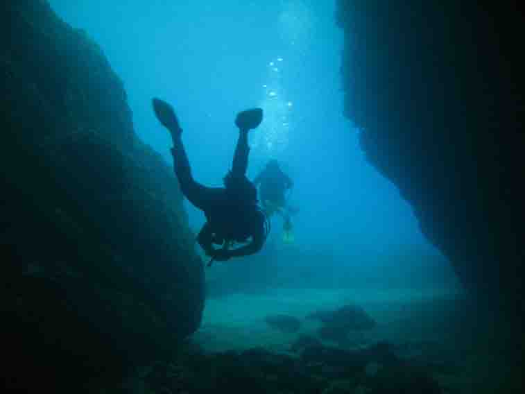 diving greece-cave